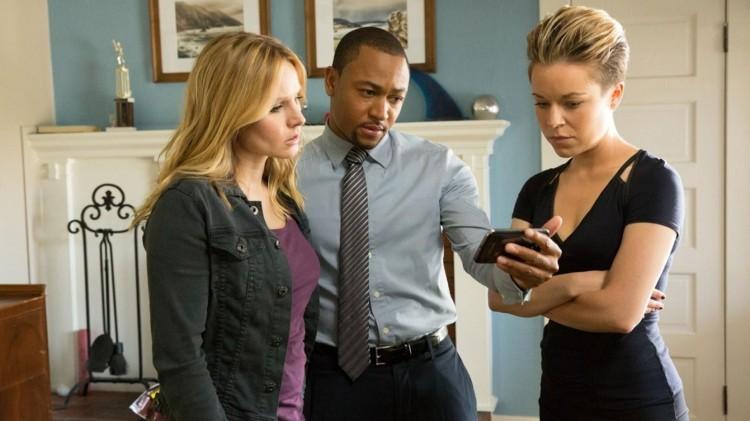 Veronica Mars samler gamle venner når hun trenger hjelp i etterforskningen. (Foto: Warner Home Video)