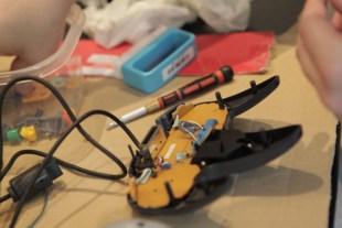 TIL REPARASJON: EN kontroller til Nintendo 64 repareres før den skal selges videre. (Foto: Remi Horgar) (Foto: Remi Horgar).