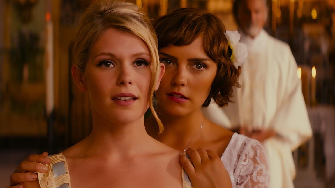 Hannah Arterton og Annabel Scholey spiller søstre i «Walking On Sunhine». (Foto: Nordisk Film Distribusjon AS)
