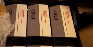 NES: Gamle Nintendo-konsoller i en eske, klare til å selges på nytt. (Foto: Remi Horgar).