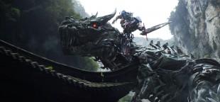 Michael Bay: – Jeg gikk tom for gode ideer så jeg bare stappet noen svære dinosaurer inn i «Transformers: Age of Extinction». (Foto: United International Pictures)
