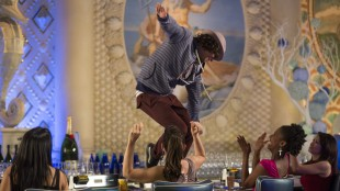 Moose (Adam Sevani) danser på bordet i Step Up All In (Foto: Summit / Lionsgate).