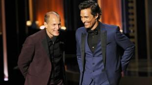 Det ble ingen pris på hverken Woody Harrelson eller Matthew McConaughey, men de to så ihertfall flotte ut  i matchene dresser da de delte ut prisen for beste mannlige hovedrolle i en miniserie til Benedict Cumberbatch. (Foto: Chris Pizzello/Invision/AP, NTB Scanpix).