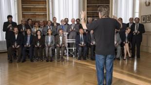 Bent Hamer dirigerer sine skuespillere i 1001 gram (Foto: Norsk Filmdistribusjon).