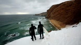 To av brødrene Wegge vurderer forholdene på Bjørnøya (Foto: Tour de Force).