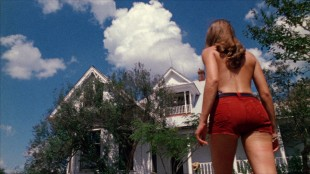 Pam (Teri McMinn) går mot feil hus i Motorsagmassakren (Foto: Another World Entertainment Norway AS).