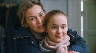 Mor (Line Verndal) og Julia (Kaisa Gurine Antonsen) før dramatikken begynner i Operasjon Arktis (Foto: Filmkameratene/Nordisk Film Distribusjon AS).