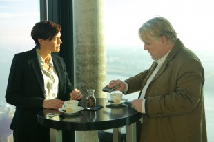 Robin Wright og Philip Seymour Hoffman tar en kaffepause i «A Most Wanted Man» (Foto/Copyright: SF Norge)
