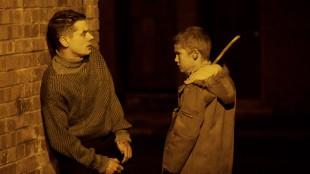 Jack O'Connell hjelpes av Corey McKinley i '71 (Foto: Storytelling Media).