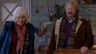 Esther (Sigrun Enge) og Morfar (Ivar Nørve) i Karsten og Petras vidunderlige jul (Foto: Cinenord & SF Norge AS).