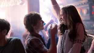 Alex (Sam Claflin) og Rosie (Lily Collins) fester på sistnevntes 18-årsdag i Love, Rosie (Foto: SF Norge AS).