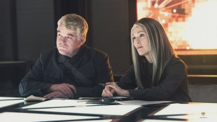 Philip Seymour Hoffman og Julianne Moore i The Hunger Games: Mockingjay Part 1 (Foto: Lionsgate).