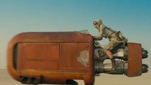 Fartøy på ørkensand i Star Wars: The Force Awakens (Foto: The Walt Disney Company).