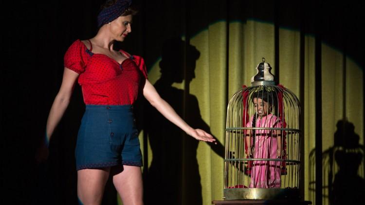 Verdens høyeste modell Erika Ervin aka Amazon Eve og verdens minste kvinne Jyoti Amge i American Horror Story: Freak Show. (Foto: FOX).