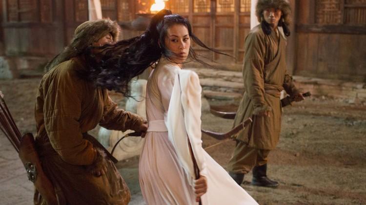Olivia Cheng spiller Mei Lin som infiltrerer Khanens hoff, på oppdrag for Song-dynastiet. Her i en av seriens flotte kampscener. (Foto: Netflix).