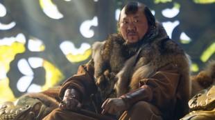 Benedict Wong, kjent fra Prometheus, har lagt på seg stort for rollen som Kublai Khan. (Foto: Netflix).