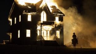 Hus går opp i flammer i The Homesman (Foto: Scanbox).