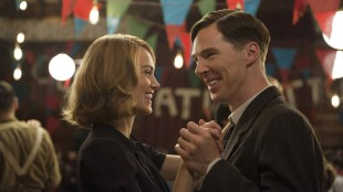 Keira Knightley og Benedict Cumberbatch i et lykkelig øyeblikk i The Imitation Game (Foto: SF Norge AS).