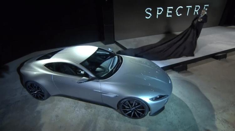 Regissør Sam Mendes avduker Bonds nye bil under pressekonferansen. (Foto: Skjermdump, MGM).