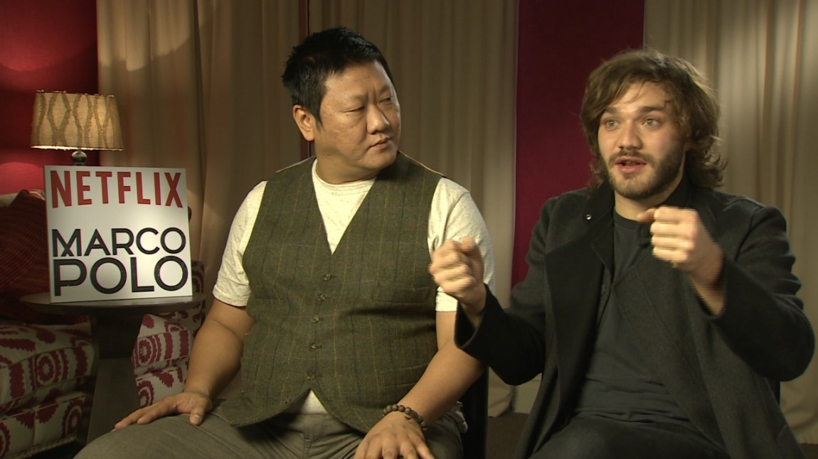 Britiske Benedict Wong og italienske Lorenzo Richelmy spiller henholdsvis Kublai Khan og Marco Polo i serien. Her gestikulerer og forteller Richelmy om hvordan de to norske jobbet på settet.