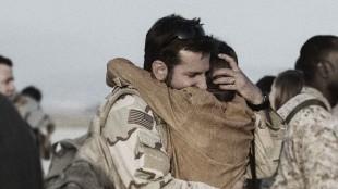 Chris Kyle (Bradley Cooper) gjenforenes med kona Taya (Sienna Miller) i American Sniper (Foto: SF Norge AS).