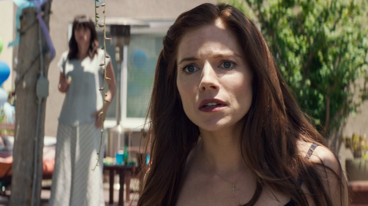 Taya Kyle (Sienna Miller) ser at krigen setter spor i American Sniper (Foto: SF Norge AS).