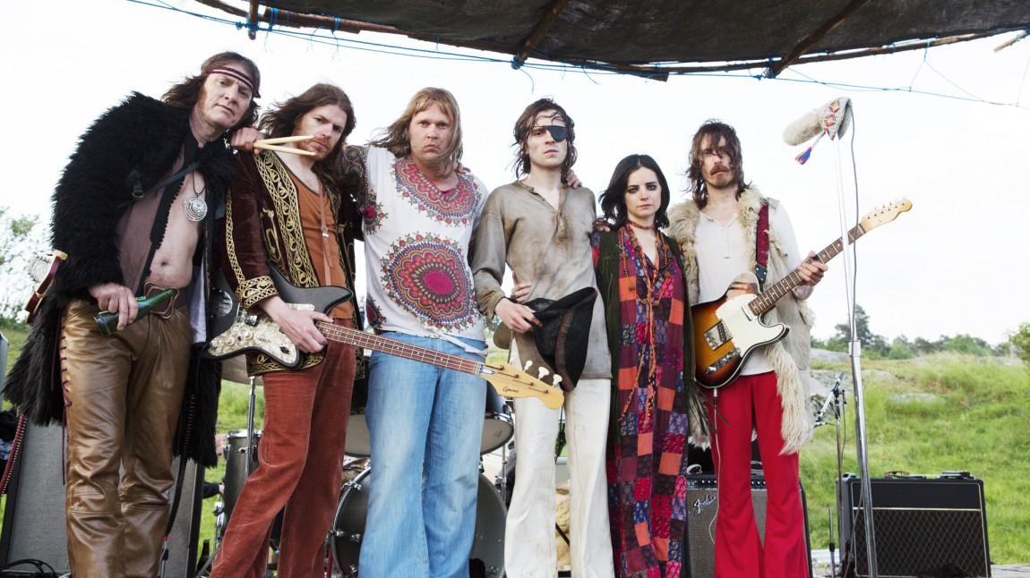 En av de mange tidskolorittene i Gentlemen tar oss med til sen hippietid i Sverige. Her representert ved Leo Morgans (Sverrir Gudnason) gitarbaserte poesiband. (Foto: SF Norge)