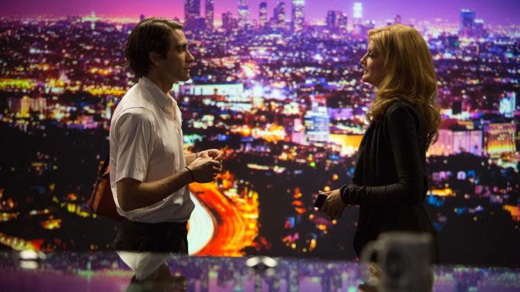 Louis (Jake Gyllenhaal) besøker tv-kanalen der Nina (Rene Russo) er nattredaktør i Nightcrawler (Foto: SF Norge AS).