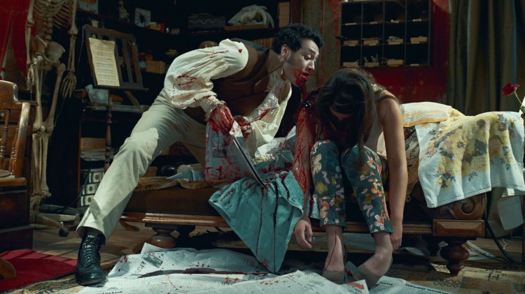 Viago (Taika Waititi) har et sølete måltid i What We Do In The Shadows (Foto: Another World Entertainment Norway AS).