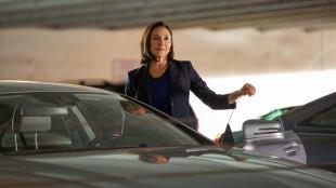 Harry Bosch (Titus Welliver) blir etterforsket for en å ha skutt en uskyldig mann, og den ubarmhjertige advokaten Honey «Money» Chandler (Mimi Rogers) er ute etter å ta rotta på etterforskeren. (Foto: HBO Nordic)