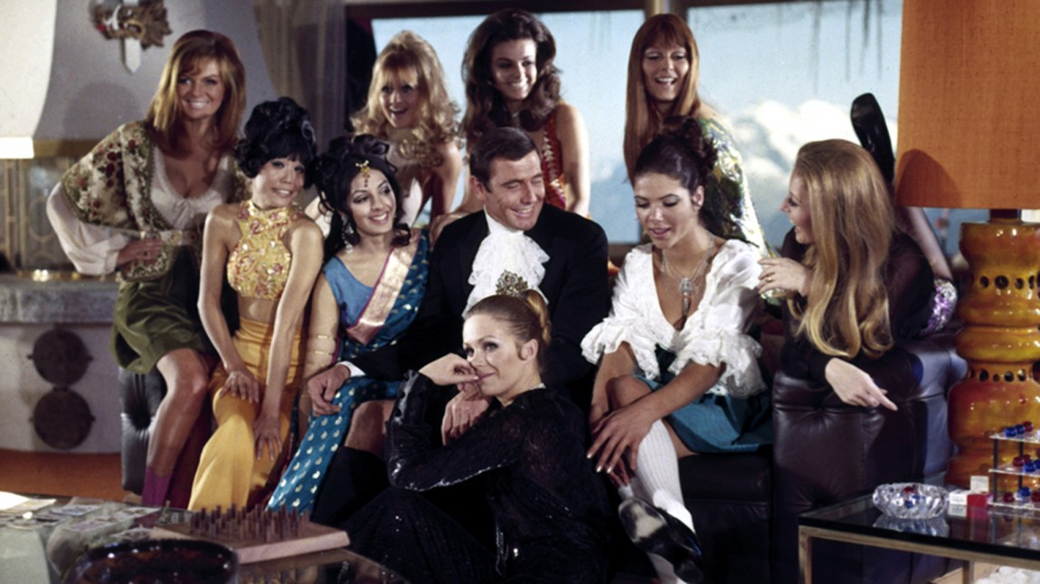 Julie Ege, oppe til venstre, sammen med de andre Bond-pikene i filmen «James Bond I hemmelig tjeneste» fra 1969. (Foto: Filmweb)