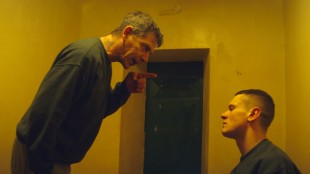 Neville (Ben Mendelsohn) belærer Eric (Jack O'Connell) om fengselslivet i Starred Up (Foto: Warner Bros. Entertainment).