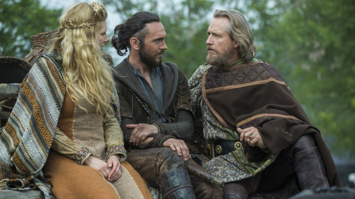 Vikingkvinnen, presten og den britiske kongen snakker alle engelsk til vanlig, men når de møtes må de snakke gammelnorskinspirert tullespråk for å vise at de ikke forstår hverandre. (Foto: HBO Nordic)