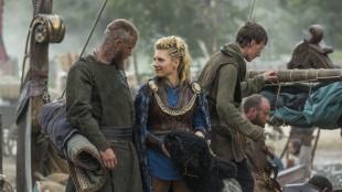Lagertha (Katheryn Winnick)  klarer ikke å spille troverdig storbonde i sesong 3. (Foto: HBO Nordic)
