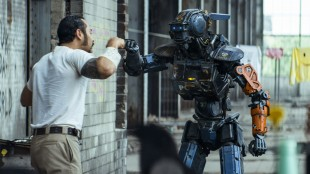 Chappie (Sharlto Copley) blir kompis med Yankie (Jose Pablo Cantillo) i Chappie (Foto: United International Pictures).