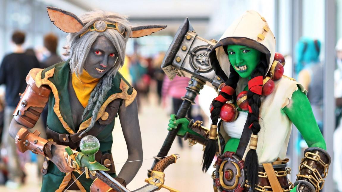 To tyske cosplayere som har hentet figurer fra Warcraft-universet. (Foto: NTBScanpix, DPA, Jan Woitas)
