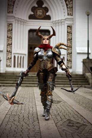 Christina Erring, i selvlagd uttrustning, som Demon Hunter fra Diablo 3.  Dette bildet er fra da Christina kvalifiserte seg til å representerte Norge under EuroCosplay. (Foto: Håvard Staub Nyhus)
