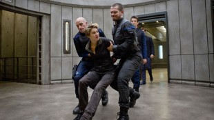 Tris (Shailene Woodley) tas til fange av soldater fra de Lærde i Insurgent (Foto: Summit / Lionsgate).