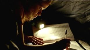 Cheryl (Reese Witherspoon) skriver ned sine tanker underveis i Wild (Foto:  Fox Film).