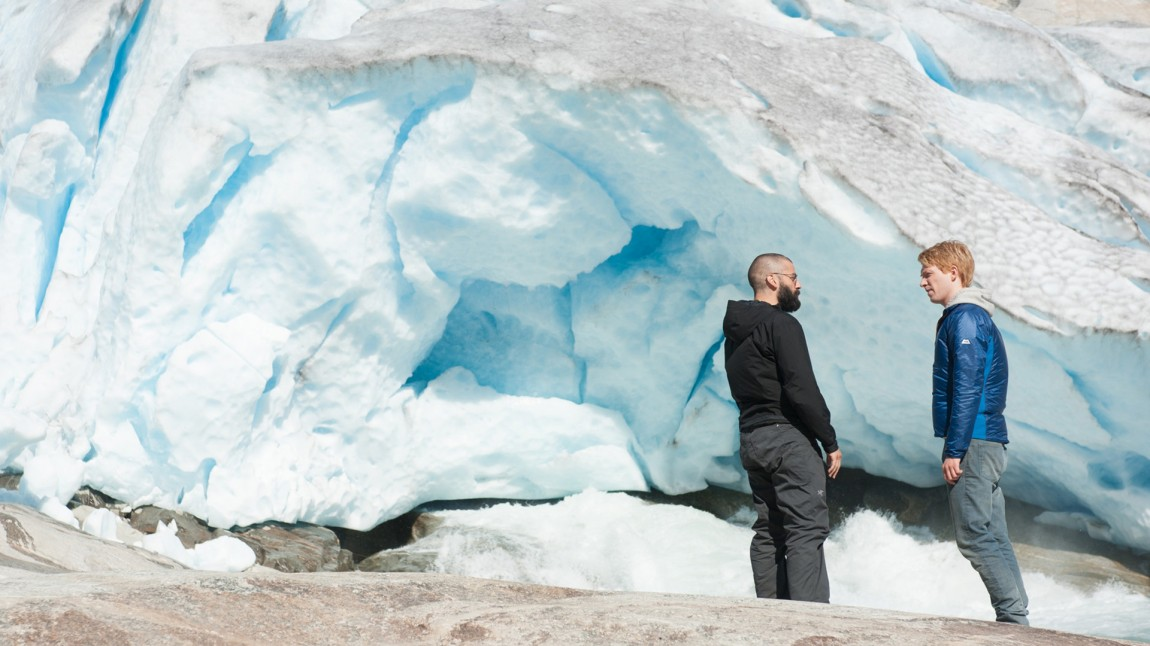 Nathan (Oscar Isaac) og Caleb (Domhnall Gleeson) diskuterer kunstig intelligens foran en naturlig isbre. (Foto: United International Pictures)
