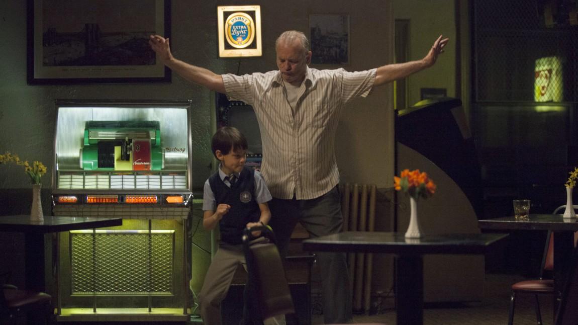Lille Oliver (Jaeden Lieberher) og gamle Vincent (Bill Murray) på dansegulvet. (Foto: Norsk Filmdistribusjon)