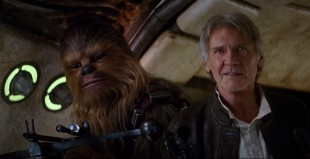 Chewbacca (Peter Mayhew) og Han Solo (Harrison Ford) kommer i «The Force Awakens» tilbake til romskipet Millenium Falcon. (Foto: Disney / StarWars.com)