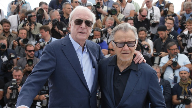 Michael Caine spiller mot Harvey Keitel i Youth. Begge kastet glans over filmen i Cannes (Foto:  Joel Ryan/Invision/AP).