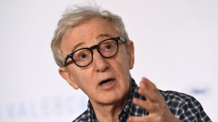 Woody Allen er i Cannes med sin 46. film, Irrational Man (Foto: AFP PHOTO / ANNE-CHRISTINE POUJOULAT).