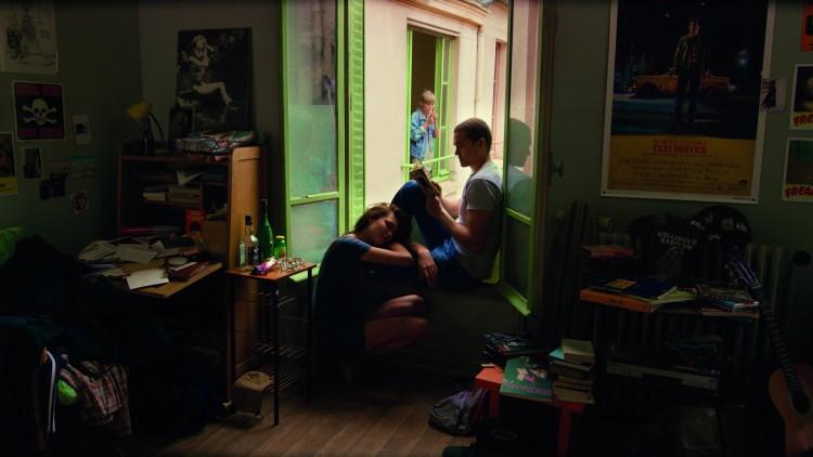 Murphy (Karl Glusman) og Electra (Aomi Muyock) får nært naboforhold til Omi (Klara Kristin) i Love (Foto: Festival de Cannes).