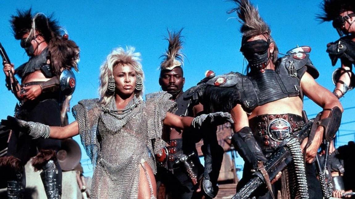 Tina Turner som den nådeløse og praktisk anlagte Aunty. Turner hadde både filmmusikken og skurkerollen i Beyond Thunderdome. (Foto: Kennedy Miller Productions, Warner Bros.)