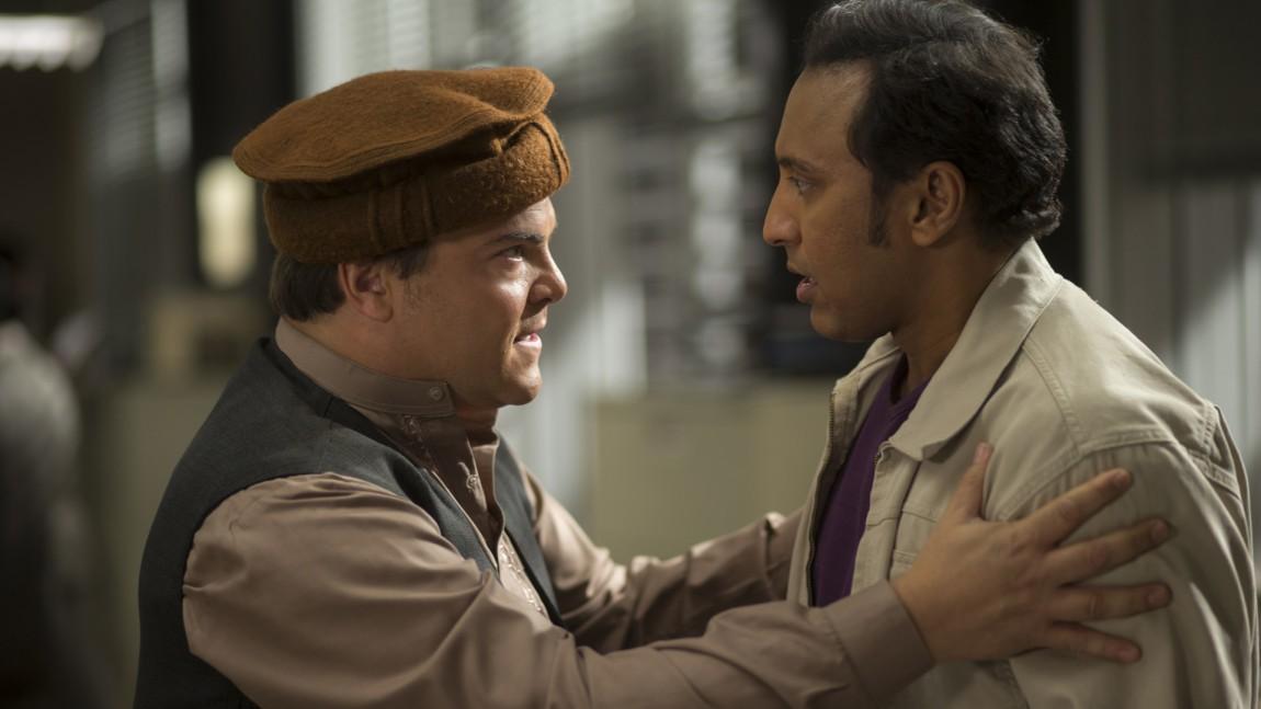 Alex Talbot (Jack Black) får god hjelp av sin kollega og venn Rafiq Massoud (Aasif Mandvi) til både kulturell kamuflasje og farlige oppdrag i The Brink. (Foto: HBO Nordic)
