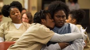 Crazy eyes (Uzo Aduba) og Taystee (Danielle Brooks) finner trøst i hverandre etter at Vee forlot dem på slutten av sesong 2. (Foto: JoJo Whilden/Netflix)