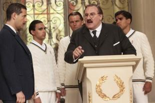 Jules Rimet (Gérard Depardieu), mannen som stod bak FIFAs første fotball VM, fra talerstolen. (Foto: Leuviah Films, Thelma Films, Screen Media Films)