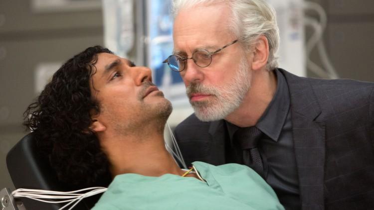 NaveenAndrews som Jonas og TerrenceMannsom den onde Whispers i «Sense8» (Foto:MurrayClose/Netflix).